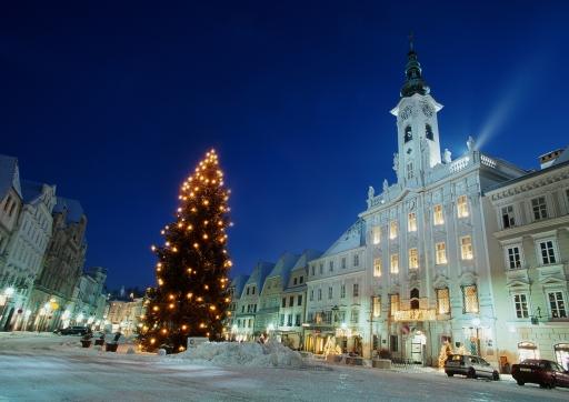 Winterlicher Stadtplatz mit dem Steyrer Rathaus, eines der bedeutendsten Rokoko Denkmäler Österreichs