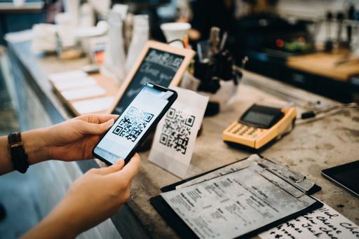 Jeder Gast scannt den bereitgestellten QR-Code und kann mit seiner Registrierung beginnen.