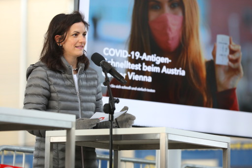 Dr. Susanne Baumann-Söllner, Direktorin Austria Center Vienna, bei der Eröffnung der COVID-19-Antigen-Schnellteststraße beim Austria Center Vienna