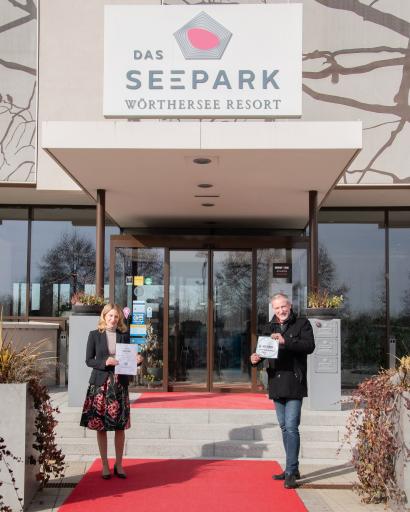 """Übergabe des Safe Service Zertifikats an """"Das Seepark"""" Resort in Klagenfurt."""