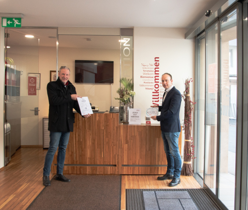 Übergabe des Safe Service Zertifikats an Christian holzer vom Hotel Zlami.