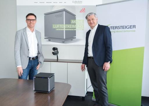 Wintersteiger CEO Dr. Florestan von Boxberg (rechts) und Daniel Steininger (General Manager) präsentieren stolz die Innovation Cubusan - ein aktives Luftentkeimungsgerät, welches die Keimbelastung durch Viren oder Bakterien permanent um bis zu 99,99 % reduziert.