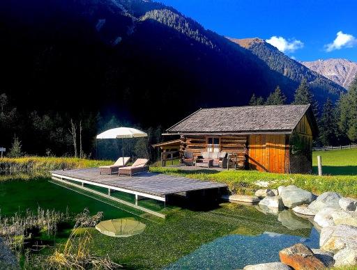 Bauernhof-Wellness, auf der Liege am See die Seele baumeln lassen