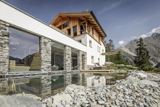 Das neue Leni Mountain Chalet hoch über Sölden dient als privates Wellnessjuwel als perfekter privater Rückzugsort mit einer atemberaubende Aussicht auf einige 3.000er-Gipfel, Gletscher und bis nach Südtirol.