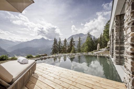Das neue Leni Mountain Chalet bietet mit einem Naturbadeteich und einem stimmungsvollen vielseitigen Sanarium® von KLAFS ein herausragendes Wellnessangebot.