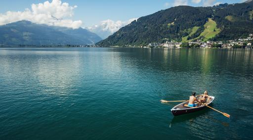 Bei einer Bootsfahrt am Zeller See lässt sich die Bergkulisse besonders genießen und perfekt entspannen.