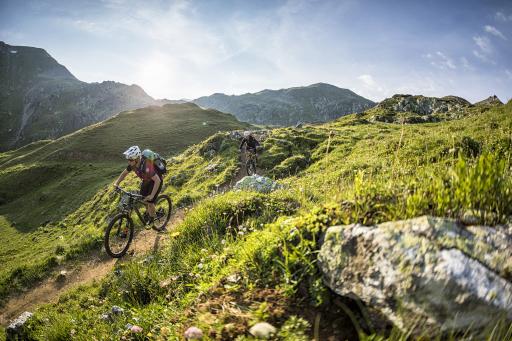 Auf 123 Kilometern über gewaltige 4.500 Höhenmeter zu atemberaubenden Panoramen – der Stoneman Taurista führt Dich zu satten Almwiesen, urigen Berghütten und den Gipfelkreuzen des Salzburger Landes.