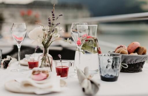 Das Rosenfrühstück am Schiff begeistert mit regionalen Spezialitäten und einem traumhaften Panoramablick während der Rundfahrt.