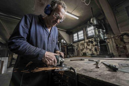 """Wolfgang Burtscher (Innsbruck) legt """"letzte Hand"""" an die in Oberösterreich vorgefertigten Tafeln."""