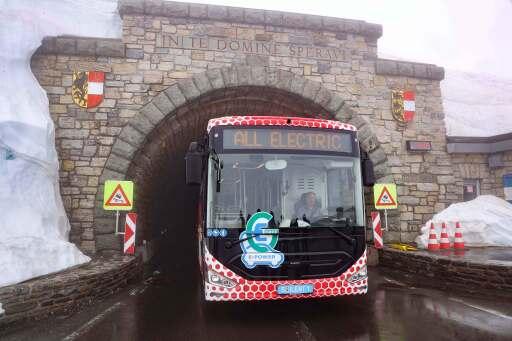 E-Bus am Hochtor (2.504 m) der Passhöhe und Landesgrenze der beiden Bundesländer Salzburg und Kärnten