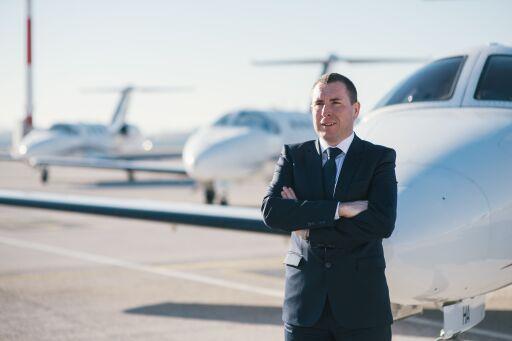 GlobeAir CEO Bernhard Fragner vor seiner Cessna Citation Mustang Flotte am Flughafen Linz