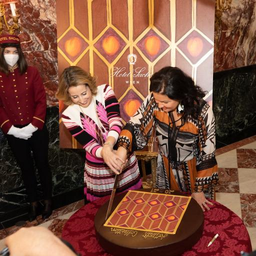 Anna Netrebko und Alexandra Winkler schneiden XXL Original Sacher-Torte mit Motiv 2021 an.