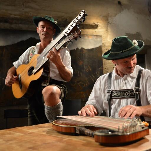 Toni Hornsteiner - Zither, Gesang Christoph Kriner - Gitarre, Gesang