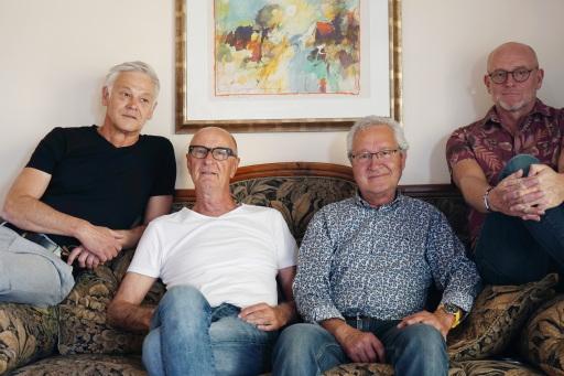 4 alte Haudegen, die aus verschiedenen Musik-Richtungen kommen und mit allen musikalischen Wassern gewaschen sind, haben sich gefunden um gemeinsam ihre Freude am Elixier 'Musik' zu leben.
