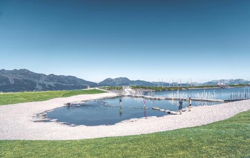 BILD zu OTS - Das Wasser so klar wie die Bergluft, die Kulisse so malerisch wie in einer Fabelwelt. Mit Sprungturm, Schwimminsel und SUP-/Bootsverleih schreit der Fichtensee förmlich nach einem Hechtsprung ins kristallklare, knapp 14 Meter tiefe Wasser. Der Fichtensee ist nicht nur ein wunderbarer Ort, um anzukommen. Er ist auch ein idealer Ausgangspunkt, um loszuwandern!