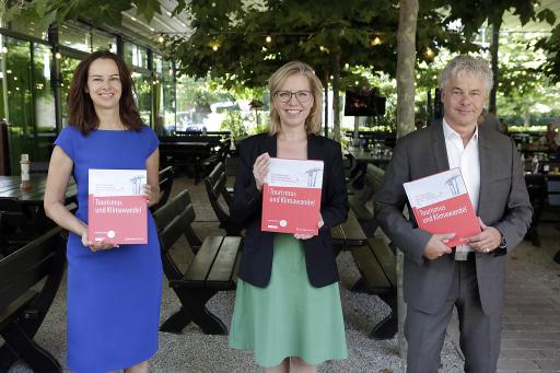 https://www.apa-fotoservice.at/galerie/25906 Wien. Foto v.li.na.re: Dr.in Sophie Karmasin (Karmasin Research & Identity GmbH); Klimaschutzministerin Leonore Gewessler (Inhaberin); Ingmar Höbarth (Klima- und Energiefonds Geschäftsführer)