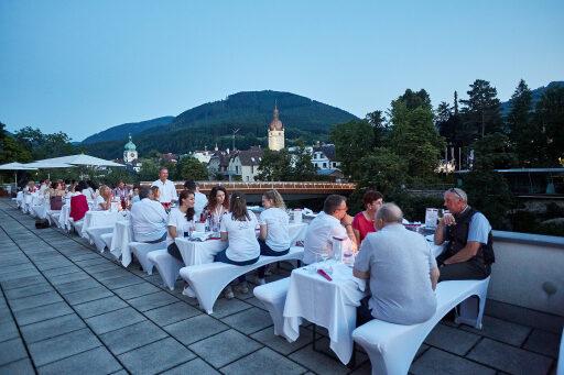 Abendessen auf der Terrasse mit Blick auf die Waidhofner Altstadt.