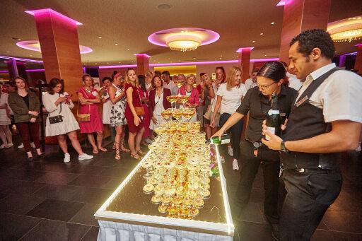 Um auf die 20 erfolgreichen Jahre von seminargo und die gute sowie professionelle Zusammenarbeit mit den Partnern anzustoßen, gab es als Überraschung eine Champagnerpyramide.