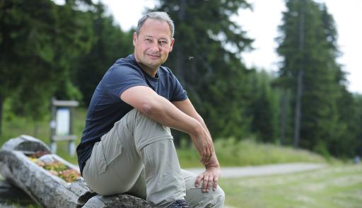 Andreas Schieder, Vorsitzender der Naturfreunde Österreich, stellt sich gegen rechte Ideologie im Klettersport.