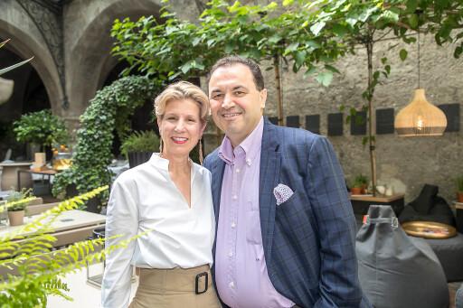 Veronika Kirchmair und Claus Haslauer, Inhaber im St. Peter Stiftskulinarium, Europas ältestes Restaurant in Salzburg haben bereits 4 Mitarbeiter aus dem ATRACT Programm im Betrieb beschäftigt, um dem Mangel an Mitarbeitern erfolgreich entgegenzuwirken.