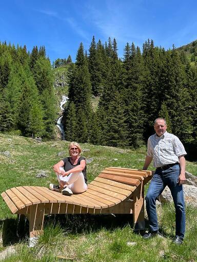Einer der acht Logenplätze: hochwertige Liege aus Lerchenholz vor dem Günster Wasserfall in der Region Murau
