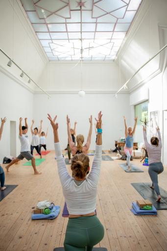 Auch indoor werden zahlreiche Einheiten beim Yunion Yogafestival abgehalten.