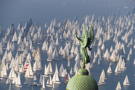 Bei der größten Segelregatta der Welt am 2. Oktoberwochenende im Golf von Triest nehmen jedes Jahr über 2500 Boote teil.