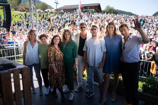 Die Bergdoktor-Schauspielerinnen und Schauspieler beim gemeinsamen Gruppenfoto vor ihren Fans.