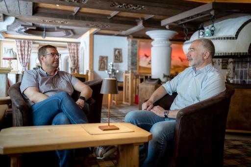 Markus Tipotsch, Chef Hotel Neuhintertux & Michael Mrazek, Inhaber NCM.at beim Besprechen der digitalen Strategien.