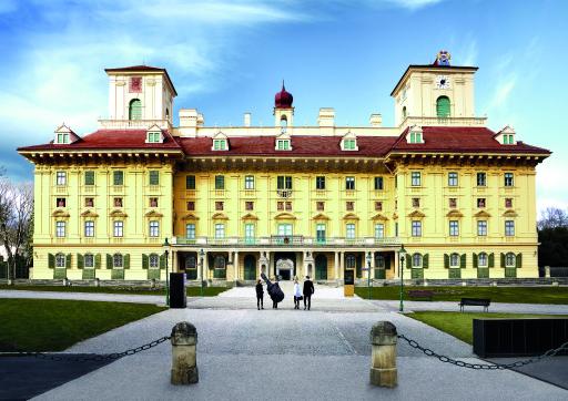 Zu den kulturellen Highlights zählt ohne Zweifel Schloss Esterházy in Eisenstadt. Es gehört zu den schönsten Barockschlössern Österreichs. Die An- und Abreise ist am Wochenende im Stundentakt mit dem REX6 bis Wulkaprodersdorf und Umstieg in den REX64 bzw. R64 nach Eisenstadt möglich.