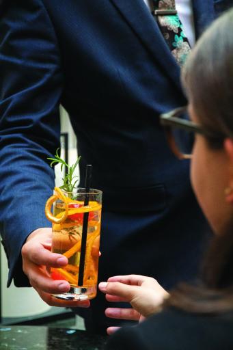 Cocktail servieren in der Cascade Bar, Vienna Marriott Hotel